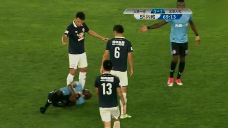 穆谢奎对抗倒地, 裁判这个判罚令大连一方球迷喊声震天