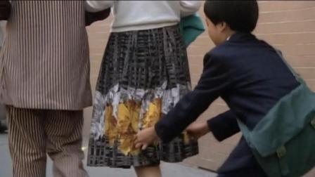 熊孩子打赌偷掀女孩裙子, 后果会怎样?