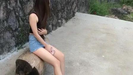 美女视频秀, 身材高挑的美女走累了, 路边歇歇脚