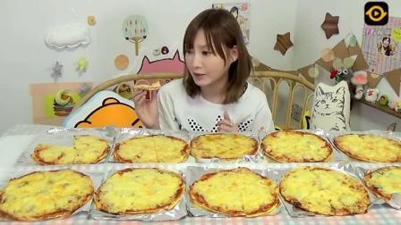 大胃王吃10个双倍芝士大披萨, 有意大利烤肠风味, 应该很好吃! 《2》