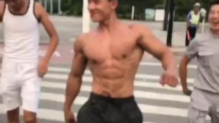 中国肌肉小伙在大街上模仿嘴炮走路, 一脸不服的样子