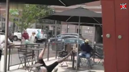 国外街头拉凳子恶搞视频, 太贱了, 迟早被人打残