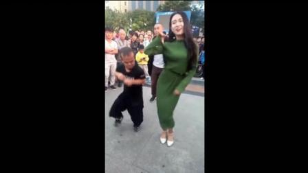 武大郎与美女跳广场舞, 吃瓜群众看热闹