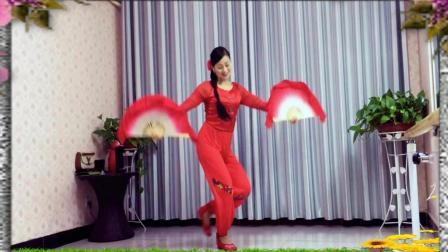 农村妹子把广场舞跳的这么喜庆《山里人乐的好潇洒》双扇扇子舞练习版