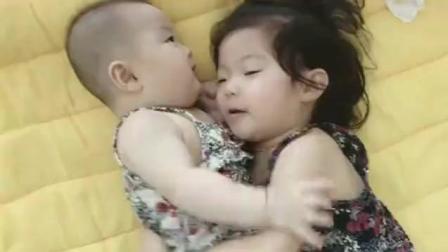 小姐姐睡醒后一直紧紧抱着小宝宝, 小宝宝抗拒地
