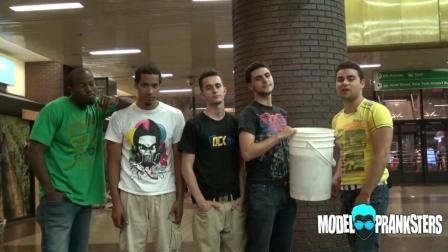 【街头整蛊】假装桶里有冰的冰桶挑战!