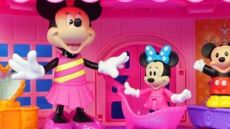 米妮带着小米老鼠和小米妮在多层大房子玩耍, 米奇妙妙屋的新玩具