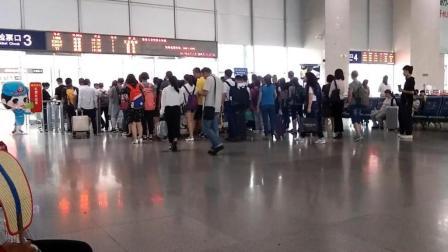 四川绵阳火车站熙熙攘攘的人群, 拥挤的人群可否有你熟悉的面孔?