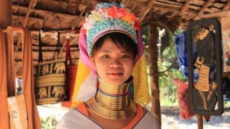 这里的女人认为脖子越长越美 不惜一生缠上厚重的铜圈