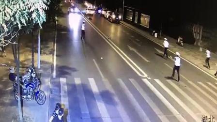交警拦轿车, 结果被轿车直接撞飞, 当场身亡