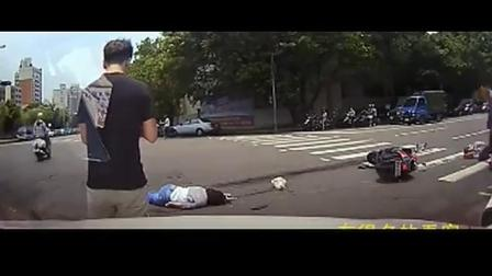 女孩似乎感觉到了危险, 突然路口停车, 监控拍下突发的罪恶一幕
