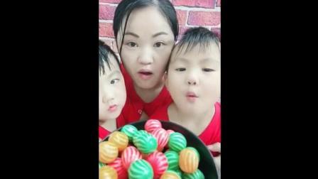 大姐到饭点了, 怎么带儿子吃西瓜泡泡糖啊