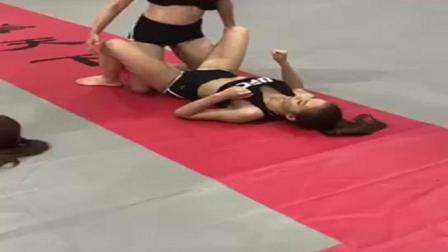 真疼! 实拍拳击妹子压腿训练, 看着都疼!