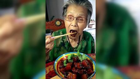 90岁老太太吃红烧肉, 肉质软嫩肥而不腻, 太香了就是有点烫嘴!