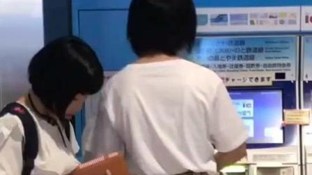 东京女孩: 日本的小学女生穿15公分的增高鞋, 任然是短粗小胖腿!
