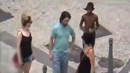 巴西里约街头, 抢劫就是这么猖狂! 三个人照样抢!