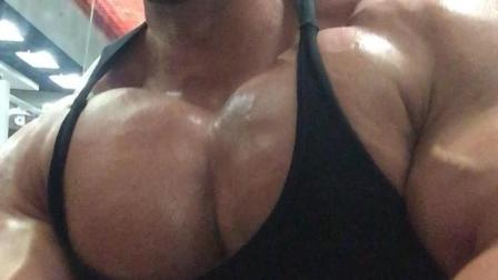 肌肉猛男练成真人版绿巨人, 超大胸肌撑爆眼球, 肌肉男太震撼