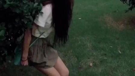 美女尿急憋不住在公园蹲下后看到后面有人