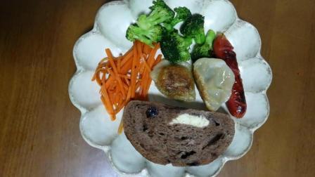 美味的早餐: 油煎水饺(清炒胡萝卜、花菜和火腿肠)加一块蓝莓面包