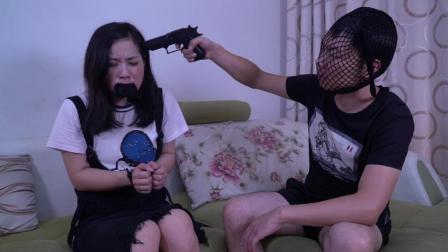 笨贼入室绑架美女, 原来只是为了看视频
