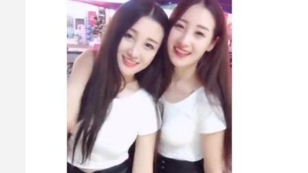 街拍双胞胎美女, 观察她们的小动作, 你们猜得出