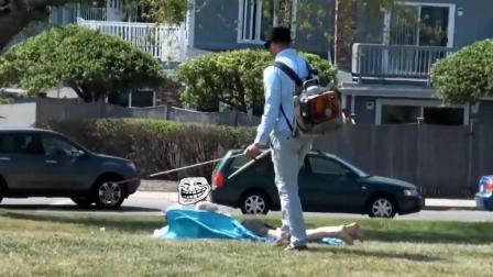 恶搞: 街头假扮盲人用吹风机对着路人吹, 美女的