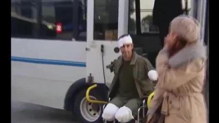 大兵假装残疾恶搞女友, 直接把女友吓晕