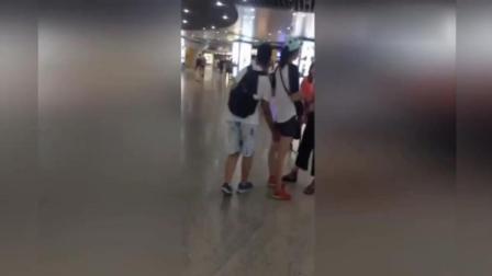 """实拍南京地铁一男孩伸""""咸猪手"""" 至少摸5名女子"""
