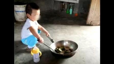 教一遍就会 2岁农村娃学炒菜 未来厨神!