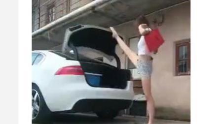 街拍美女用一字马关后备箱车门, 说实话, 我很羡