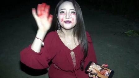 性感美女穿着红色衣服扮鬼吓人, 结果差点被路人