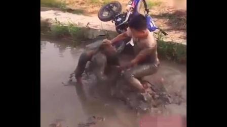 爆笑恶搞视频, 这样骑摩托笑死人了!