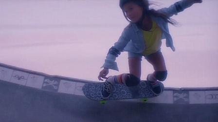 完美挑战U池自由式滑板的8岁滑板女神童