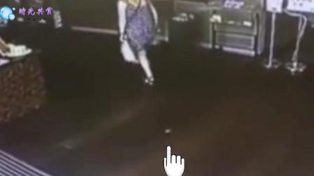 女子裙中掉落一物, 正好被后面男子踩到
