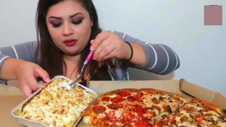 外国漂亮胖妈吃大份芝士披萨, 应该是很好吃!