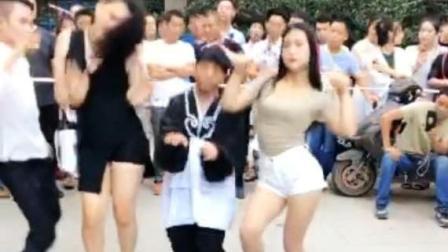 郑州爱心尬舞团第178集-少林家的白玫瑰身材好美