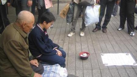 街头恶搞路人, 土豪伪装乞丐招募团队, 众多大街