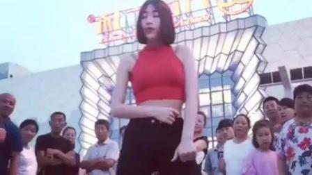 性感美女广场大跳热舞身材火辣 引起众人围观点