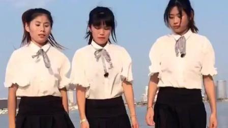三个少女妹妹湖边跳广场舞, 真怕一不小心掉下去