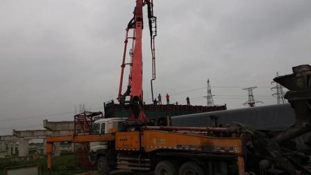 搅拌车师傅和泵车师傅及泥工师傅们配合一起浇铸高架桥盖梁全过程