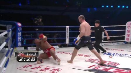 著名K1冠军莫提莫在中国赛场惨遭能杀死一头熊的对手直接踢断手臂