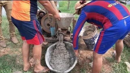 柬埔寨大叔手工秘制捕鱼诱饵, 聚集百万鱼儿前来挣抢