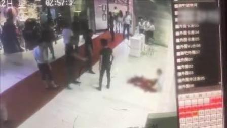 火龙果传媒 第一季 男子遭刀捅倒血泊中 失血过多致死