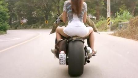美女路边拦车, 穿成这样还敢坐摩托车