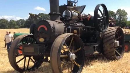 农民制造的不用烧油的拖拉机, 工作起来浓烟滚滚, 一天能耕五亩地