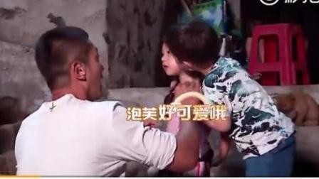 真是人小鬼大 嗯哼偷亲小泡芙脸颊 刘畊宏: 这样爸爸会吃醋
