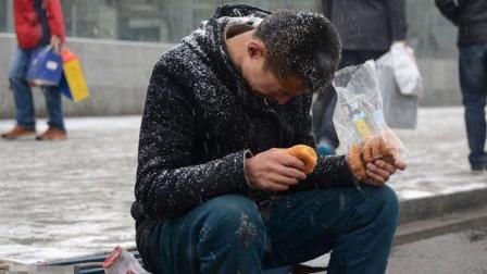 胡狼作品:比一个人吃火锅更孤独的是 一个人没钱吃火锅