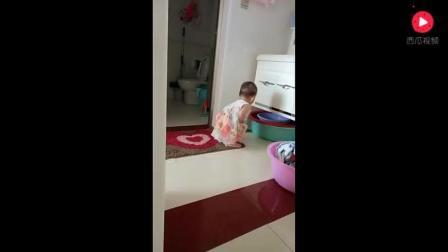 小宝宝想尿尿快憋不住了, 接下来的动作让妈妈乐坏了!