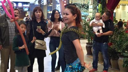 西安饭店美女服务员门口与蛇共舞引围观