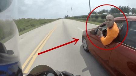 遇到这样的路怒症, 开车加速离开, 停车麻烦就大了!